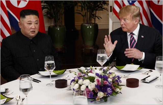 김정은 북한 국무위원장과 도널드 트럼프 미국대통령이 지난 28일 베트남 하노이에서 2차 북미정상회담을 진행하고 있다. ⓒ조선중앙통신