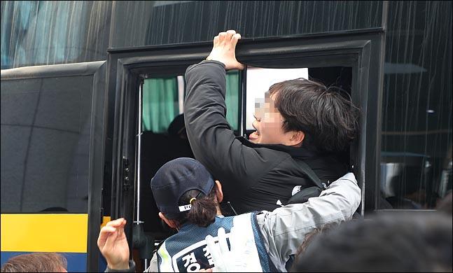 한국대학생진보연합 소속 대학생들이 지난 12일 오전 국회 의원회관 나경원 의원실을 기습점거 했다 경찰들에게 연행되고 있다. ⓒ데일리안 박항구 기자