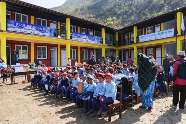 현대오일뱅크 1% 나눔재단의 지원으로 이뤄진 네팔 오지마을 학교 재건축 기념행사 장면.ⓒ현대오일뱅크
