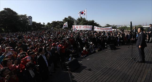 황교안 자유한국당 대표가 21일 오전 인천 중구 자유공원에서 맥아더 동상에 참배한 뒤, 인천시민들을 상대로 연설을 하고 있다. ⓒ데일리안 홍금표 기자
