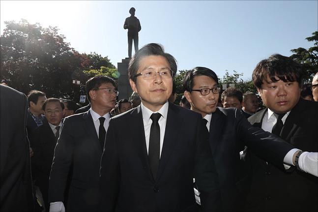 황교안 자유한국당 대표가 21일 오전 인천 자유공원에서 더글러스 맥아더 유엔군사령관의 동상 참배를 마친 뒤 이동하고 있다. ⓒ데일리안 홍금표 기자