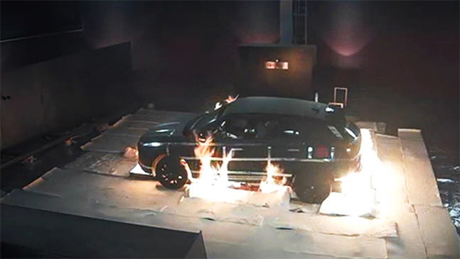 수소전기차의 화재 안전성 시험 장면. 외부 요인으로 차에 불이 붙어도 수소연료탱크는 폭발하지 않는다. ⓒ현대자동차