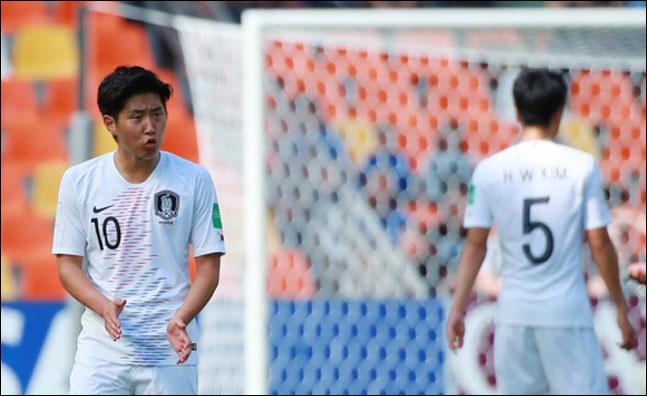 25일 오후(현지시각) 폴란드 비엘스코-비아와 스타디움에서 열린 2019 국제축구연맹(FIFA) 20세 이하(U-20) 월드컵 한국과 포르투갈의 F조 조별리그 첫 경기에서 한국 대표팀 이강인이 선수들을 독려하며 박수를 치고 있다. ⓒ 연합뉴스