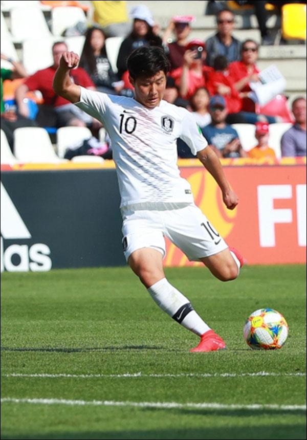 25일 오후(현지시각) 폴란드 비엘스코-비아와 스타디움에서 열린 2019 국제축구연맹(FIFA) 20세 이하(U-20) 월드컵 한국과 포르투갈의 F조 조별리그 첫 경기에서 한국 대표팀 이강인이 후반전 첫 번째 슈팅을 하고 있다. ⓒ 연합뉴스