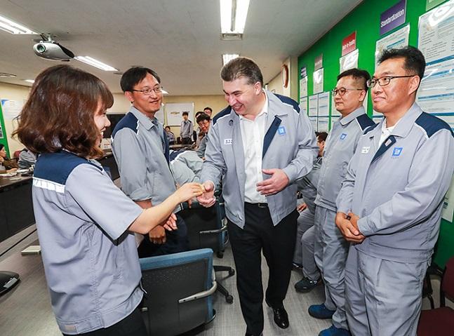 카허 카젬 한국GM 사장이 3일 창원 사업장을 방문해 직원들을 격려하고 있는 모습. ⓒ한국GM