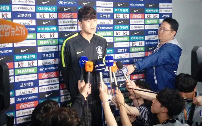 김민재가 8일 호주전 직후 수훈 선수 자격으로 방송사 인터뷰에 임하고 있다. ⓒ 데일리안