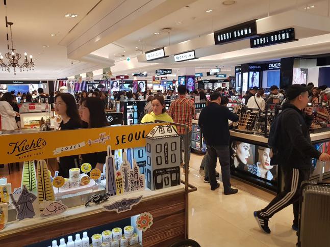 서울 장충동 신라면세점 화장품 매장에 몰린 관광객들의 모습. ⓒ데일리안