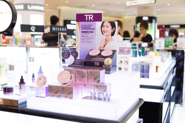 에이블씨엔씨는 'TR(Time Revolution)'의 '더블 앰플 쿠션 파운데이션'을 서울 시내 주요 면세점 5곳에 입점시켰다고 18일 밝혔다. ⓒ에이블씨엔씨