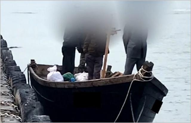 지난 15일 북한 어선이 삼척항 내에 정박한 뒤 우리 주민과 대화하는 모습 ⓒ연합뉴스