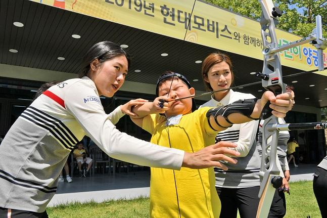 컴파운드 국가대표 소채원 선수(왼쪽)와 심예지(오른쪽) 선수가 지난 22일 용인 현대모비스 양궁장에서 초등학생을 지도하고 있다.ⓒ현대모비스