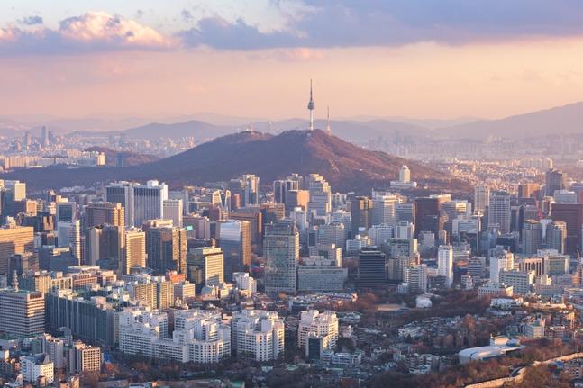 주택시장에 한파가 불면 부동산 신탁사들의 위기도 깊어지고 있다. 그러나 부동산 신탁사들의 최근 불황을 타개하려는 움직임을 보이고 있다. 사진은 서울 도심 전경. ⓒ게티이미지뱅크