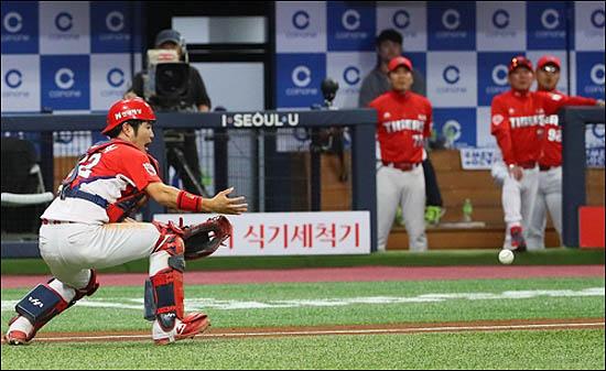 2017시즌 KIA 우승 주역 김민식은 아쉬운 수비력으로 올 시즌 주전 포수 자리를 내주고 말았다. ⓒ 연합뉴스