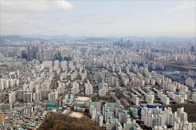 거래 절벽으로 내몰렸던 서울 아파트 거래량이 최근 되살아나고 있다. 사진은 서울 아파트 전경.ⓒ홍금표 기자