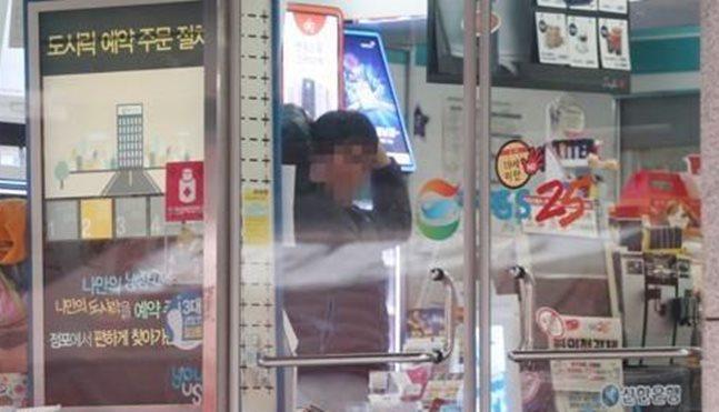 서울 강남의 한 편의점에서 직원이 기지개를 켜는 모습.ⓒ연합뉴스
