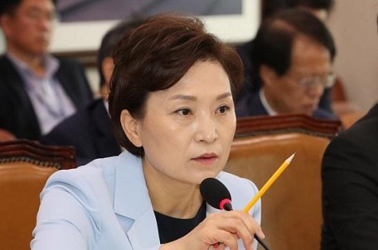 김현미 국토교통부 장관이 지난 12일 오전 열린 국회 국토교통위 전체회의에서 의원들의 자료제출 요구에 답변하고 있다.ⓒ연합뉴스