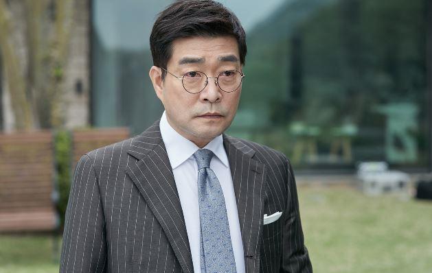 배우 손현주는 KBS 2TV 새 수목드라마 '저스티스'에서 강렬한 등장으로 시선을 잡아 끌었다. ⓒ 키이스트