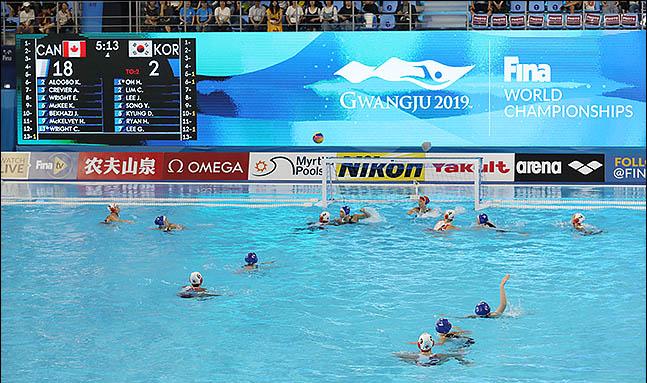 18일 광주 남부대 수구경기장에서 2019 국제수영연맹(FINA) 광주세계수영선수권대회 여자 수구 조별리그 B조 3차전 한국 대 캐나다의 경기가 펼쳐지고 있다. ⓒ데일리안 류영주 기자