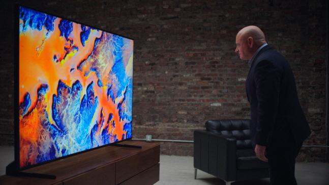 전직 우주비행사 스콧 켈리가 우주에서 촬영한 지구의 모습을 삼성전자 QLED 8K TV로 감상하고 있다.ⓒ삼성전자