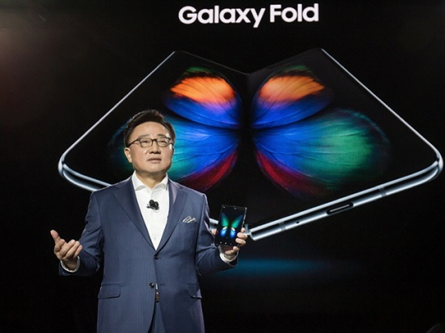 삼성전자가 25일 폴더블(Foldable·접히는 형태) 스마트폰 '갤럭시 폴드(Galaxy Fold)'를 오는 9월부터 순차적으로 글로벌 출시한다고 밝혔다. 사진은 고동진 삼성전자 사장(IM부문장)이 이 지난 2월 20일(현지시간) 미국 샌프란시스코 빌 그레이엄 시빅 오디토리움에서 개최된 '삼성 갤럭시 언팩 2019'에서 갤럭시 폴드를 소개하고 있는 모습.ⓒ삼성전자