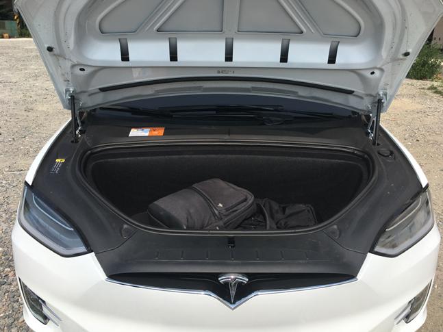 테슬라 모델X의 후드를 개방한 모습. 배터리와 모터 등 구동부품은 대부분 차체 하부에 장착돼 있고, 후드 아래로는 별도의 트렁크 공간을 제공한다. ⓒ데일리안 박영국 기자