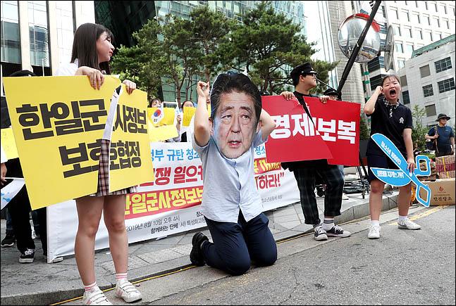 10일 오후 서울 종로구 옛 일본대사관 앞에서 열린 일본 아베 정부 규탄 청소년 1000인 선언 기자회견에서 21세기청소년공동체 희망 소속 청소년들이 아베를 무릎 꿇리는 퍼포먼스를 한 뒤 구호를 외치고 있다. ⓒ데일리안 박항구 기자