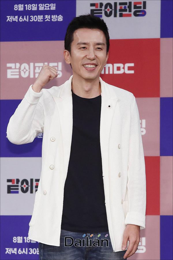가수 유희열이 14일 오후 서울 마포구 MBC상암사옥에서 열린 MBC 새 예능프로그램