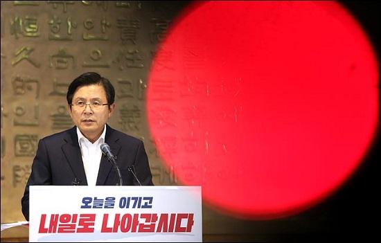 황교안 자유한국당 대표가 8월 14일 국회 로텐더홀에서