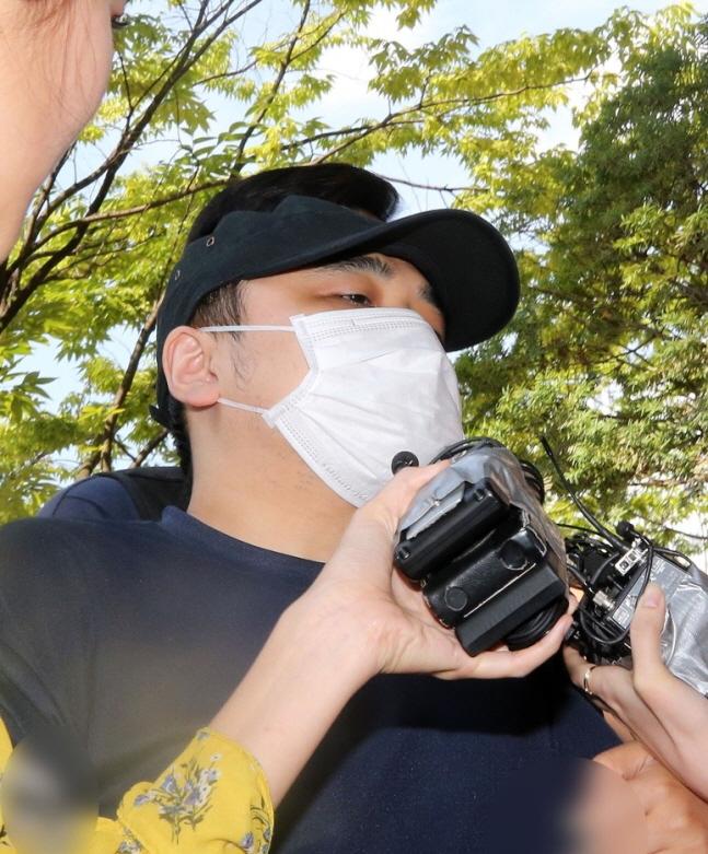 검정 모자와 마스크를 쓴 '한강 몸통 시신' 사건의 피의자 A(39·모텔 종업원)씨가 18일 경기도 고양시 의정부지법 고양지원에서 열린 영장실질심사를 받기 위해 출석하고 있다.ⓒ연합뉴스