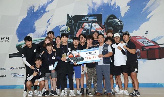 권상순 르노테크놀로지코리아 연구소장이 EV 부문 최우수상을 차지한 서울과학기술대학교 MIP팀에게 트위지를 수여하고 함께 기념사진을 찍고 있다. ⓒ르노삼성자동차