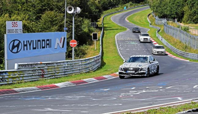 16일 (현지시간) 독일 라인란트팔트 주 뉘르부르크에 있는 뉘르부르크링에서 연구개발 및 상품담당 임원들이 현대자동차·기아자동차가 개발 중인 테스트 차량들의 성능 점검을 하고 있다.ⓒ현대차그룹