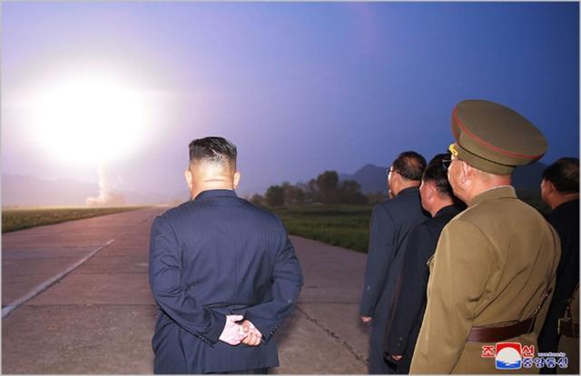 김정은 북한 국무위원장이 지난 6일 신형전술유도탄 발사를 참관하고 있다. ⓒ조선중앙통신