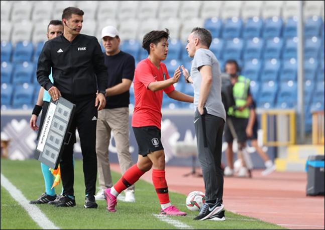 이강인이 조지아와의 평가전에서 교체되며 벤투 감독과 손을 부딪치고 있다. ⓒ 연합뉴스