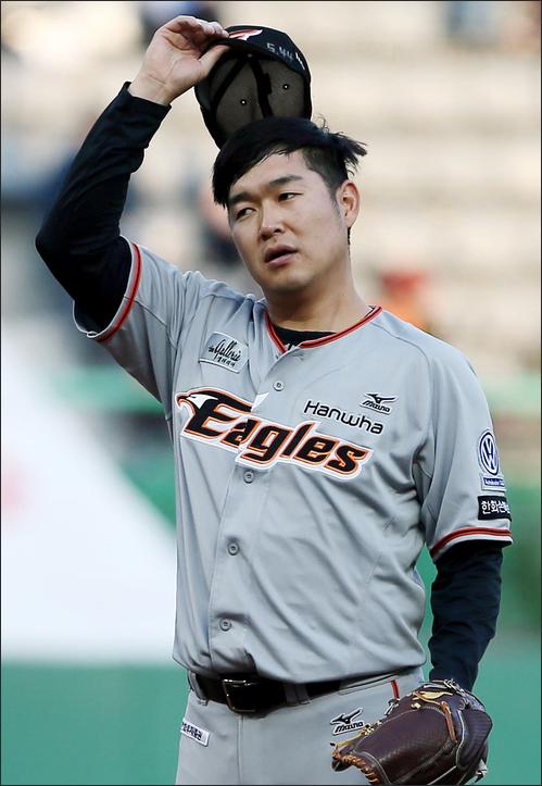 올 시즌 한화에서 5.14였던 송은범의 평균자책점은 LG 이적 후 4.59까지 내려왔다. ⓒ 연합뉴스