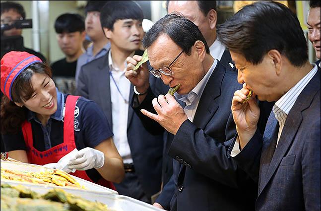 이해찬 더불어민주당 대표가 9일 오전 추석 물가 점검을 위해 서울 마포구 공덕시장을 방문해 전과 튀김을 맛보고 있다. ⓒ데일리안 류영주 기자