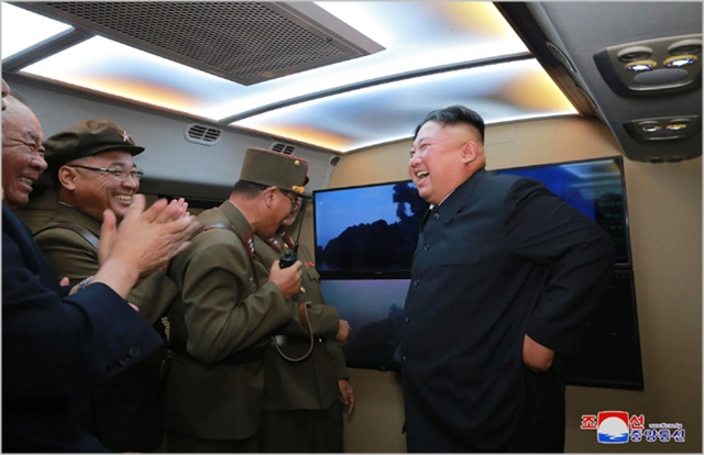 김정은 북한 국무위원장이 지난달 6일 신형전술유도탄 발사 결과를 보며 기뻐하고 있다. ⓒ조선중앙통신