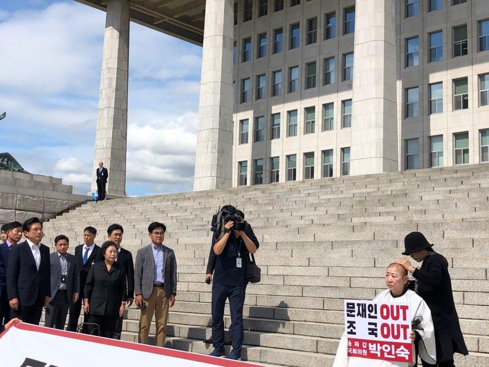 11일 국회 본관 계단 앞에서 삭발식은 단행하고 있는 박인숙 자유한국당 의원ⓒ데일리안