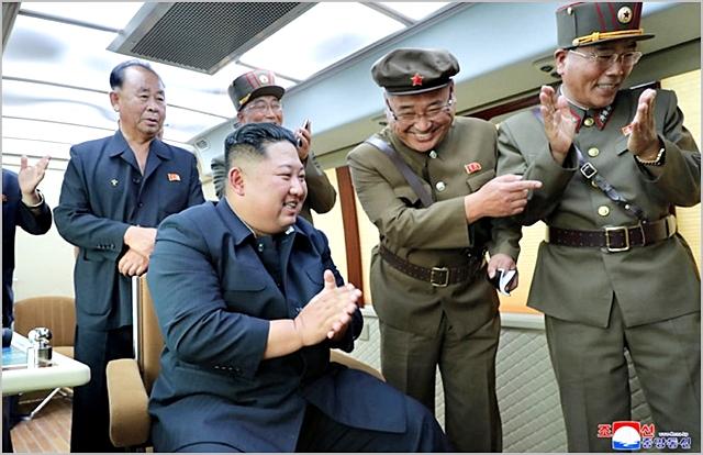 김정은 북한 국무위원장이 지난달 16일 강원도 통천 일대에서 신형 전술지대지미사일 시험발사를 참관하며 기뻐하고 있다. ⓒ조선중앙통신