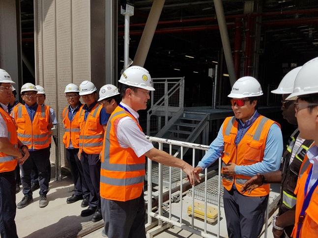 이재용 삼성전자 부회장이 15일 삼성물산이 건설 중인 사우디아라비아 리야드 도심 지하철 공사 현장을 방문해 임직원들을 격려하고 있다.ⓒ삼성전자