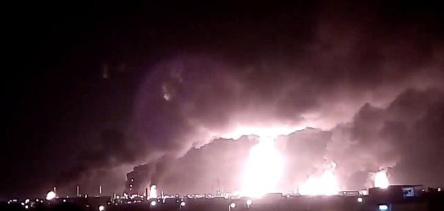 사우디아라비아 아브카이크에 있는 사우디 국영석유회사 아람코의 석유 탈황·정제 시설 단지에서 14일(현지시간) 예멘 반군의 무인기 공격으로 불이 나 화염과 연기가 치솟고 있다.ⓒ연합뉴스