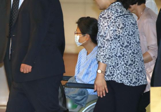 박근혜 전 대통령이 16일 구속 900일 만에 경기 의왕시 서울 구치소에서 나왔다. 어깨 수술을 받기 위한 것으로 회복까지는 약 3개월이 걸릴 것으로 ⓒ연합뉴스