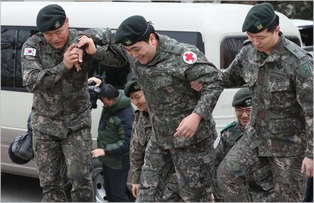 지난 1월 육군 1사단 수색대대에서 열린 하재헌 중사 전역 기념행사에서 하 중사가 도움을 받으며 이동하고 있다. ⓒ연합뉴스