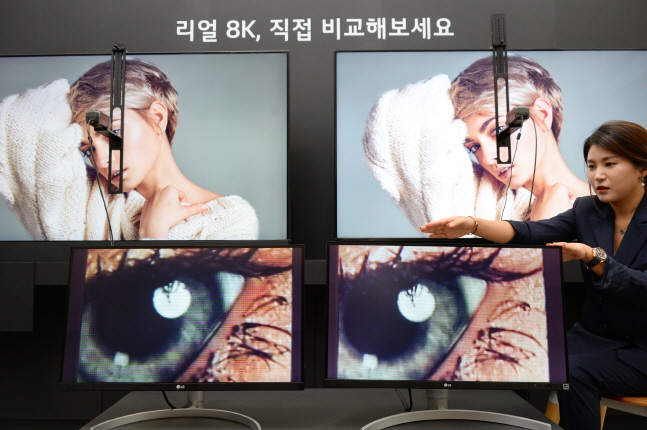 LG전자 한 직원이 17일 서울 여의도 트윈타워에서 개최된