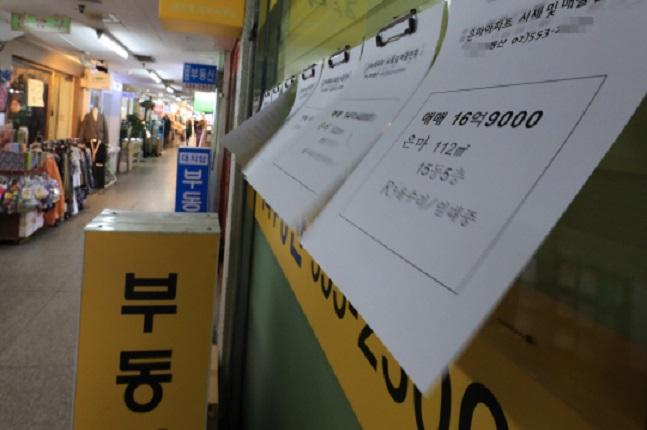 9·13부동산대책 후 아파트 공급물량 가구수(일반가구 기준)는 22.6% 감소했으며 청약자수는 전국적으로 243만909명에서 169만2027명으로 74만가량 줄어 평균 청약경쟁률은 14.4대 1에서 12.9대 1로 소폭 낮아졌다. 서울의 한 공인중개업소 모습.ⓒ연합뉴스