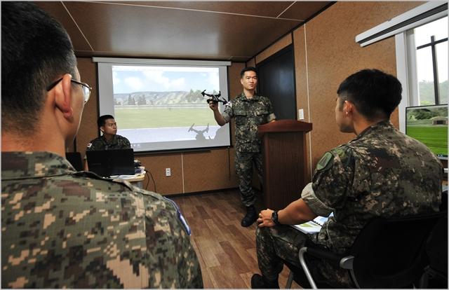지난 7월 수도방위사령부 드론교육센터에서 장병들이 드론조종 이론교육을 받고 있다. ⓒ국방부