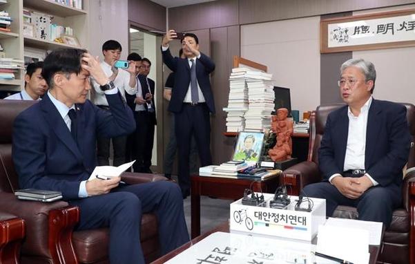 대안정치연대 유성엽 대표(오른쪽)가 17일 오후 국회 의원회관 사무실을 예방한 조국 법무부 장관과 대화를 나누고 있다. 조 장관은 유 대표의 발언을 수첩에 적었다. ⓒ연합뉴스