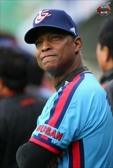 KBO리그 첫 번째 미국인 감독인 로이스터 전 감독은 하위권을 전전하던 롯데를 2008년부터 3년 연속 포스트시즌으로 이끌었다.  ⓒ 롯데 자이언츠