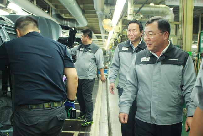 예병태 쌍용차 대표이사(오른쪽)가 지난 10일 추석을 앞두고 평택공장 조립라인을 방문해 직원들을 격려하고 있다.ⓒ쌍용자동차