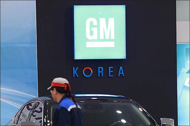 한국GM 부평공장에서 머리에 띠를 두른 직원이 걸어가고 있다. ⓒ데일리안 류영주 기자