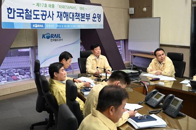 코레일이 20일 오후 대전사옥 운영상황실 재해대책본부에서 제17호 태풍 '타파' 대비 긴급 안전대책회의를 열었다.ⓒ코레일