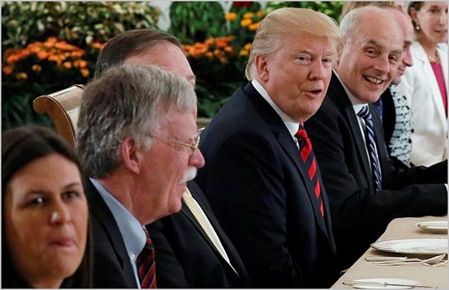 존 볼턴 국가안보보좌관(왼쪽 두 번째)과 도널드 트럼프 미국 대통령 (왼쪽 네 번째) 등 트럼프 행정부 각료들이 지난 6월 북미정상회담 만찬에 참석하고 있다. ⓒCNN
